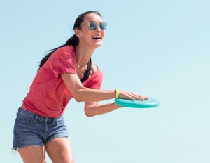Fitbit-Flex-2_Woman_Frisbee_Lifestyle